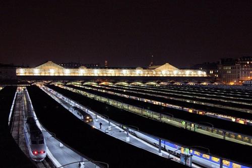 Gare de l'Est bij avond (uitzicht vanuit hotelkamer)